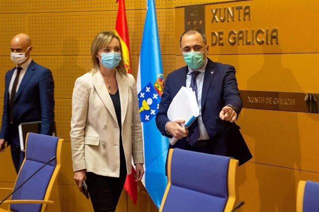 Los conselleiros de Política Social, Fabiola García, y de Sanidade, Julio García Comesaña, presentan en rueda de prensa el cribado de residencias semanal