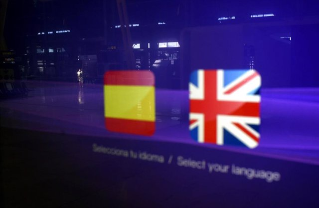 Detalle de banderas españolas y británicas en la terminal T1 del Aeropuerto de Madrid