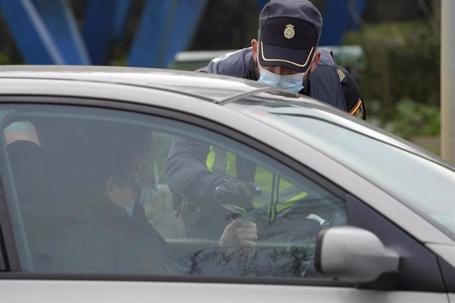 Un agente de la Policía Local realiza un control de movilidad en la salida de Santiago de Compostela hacia la carretera de Ourense, en el barrio de Castiñeiriño