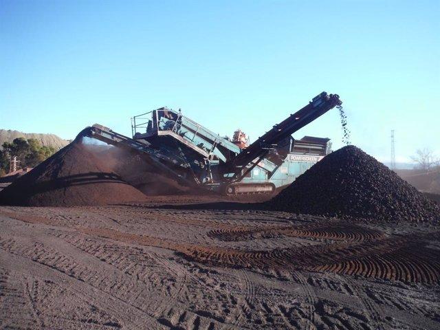 Trabajo con maquinaria en las minas de hierro de Alquife, en imagen de archivo