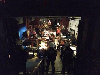 La Guardia Urbana desaloja dos fiestas ilegales de más de 60 personas en Barcelona