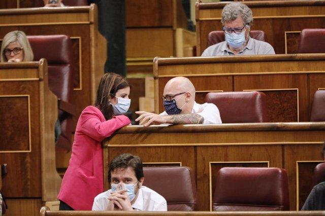 La portavoz del PSOE en el Congreso, Adriana Lastra, habla con el diputado de Unidas Podemos Txema Guijarro durante una sesión plenaria en el Congreso