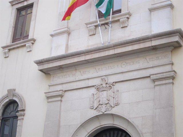 Escudo sobre el acceso principal a la Escuela de Arte de Almería
