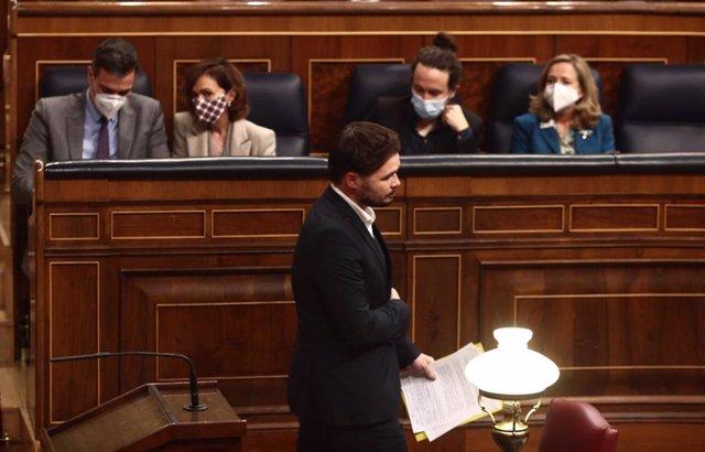 El portavoz de ERC, Gabriel Rufián, pasa por delante del presidente Pedro Sánchez y las vicepresidentas Carmen Calvo, Pablo Iglesias y Nadia Calviño, en una sesión plenaria del Congreso