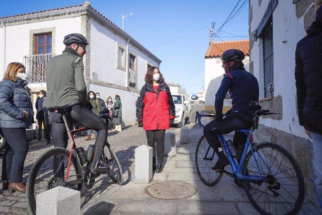 La presidenta de la Comunidad de Madrid, Isabel Díaz Ayuso, en Colmenar de Arroyo.