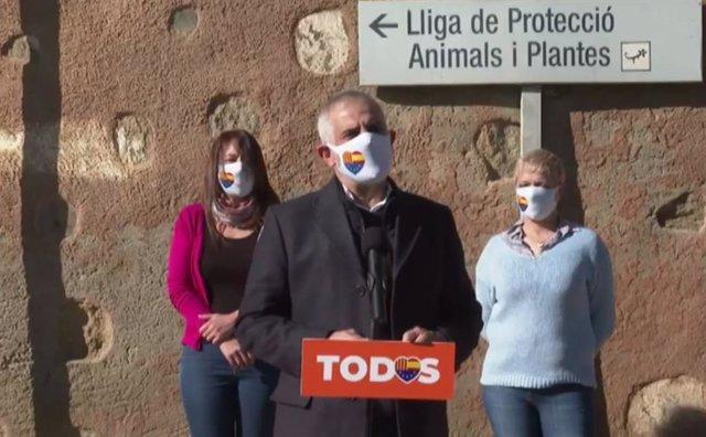 El president de Cs en el Parlament, Carlos Carrizosa, la 'número dos' de Cs per Barcelona, Anna Grau,  i la secretària general del partit, Marina Bravo, després de visitar la Lliga per a la protecció d'animals i plantis de Barcelona.