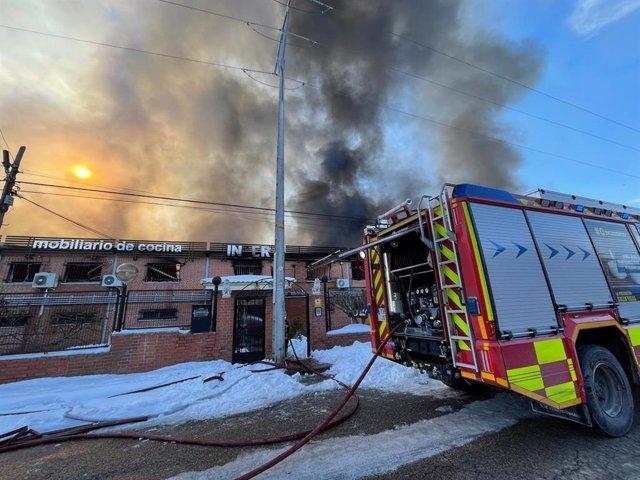 Los Bomberos de la Comunidad de Madrid controlan el fuego de un incendio declarado en una nave industrial de Cubas de la Sagra