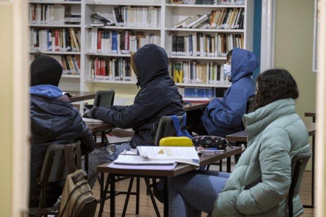 Estudiantes dando clase con abrigo por la ola de frío y por la apertura de ventanas por el COVID-19