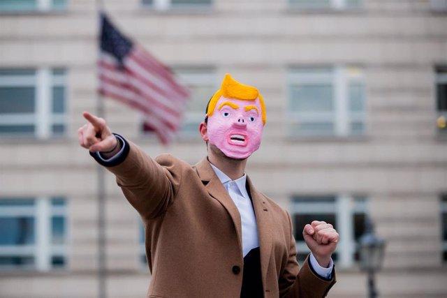 Una persona con una máscara del presidente estadoundiense, Donald Trump
