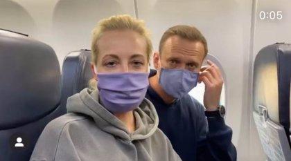 Navalni aterriza en Moscú mientras detienen a varios de sus simpatizantes