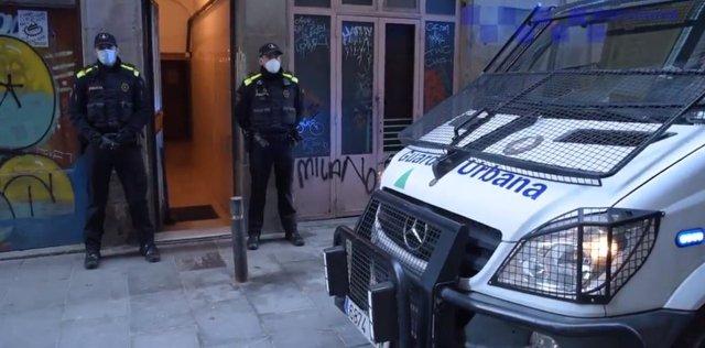 Detinguts dos homes per presumptament vendre droga en el Raval de Barcelona.