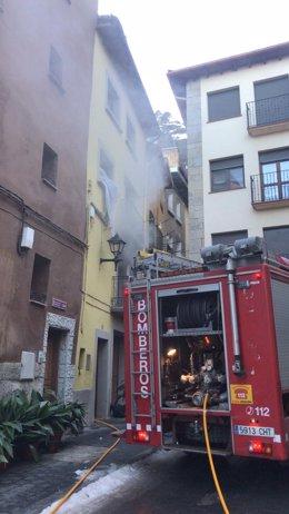 Bomberos de la DPH trabajan en la extinción de un incendio en una vivienda en Graus.