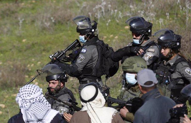 Militares israelíes junto a palestinos cerca de Nablús, en Cisjordania