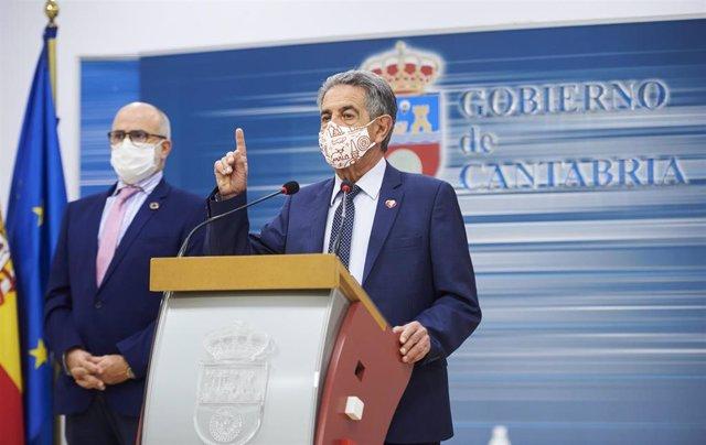 El consejero de Sanidad de Cantabria, Miguel Rodríguez (i) y el presidente de Cantabria, Miguel Ángel Revilla (d)