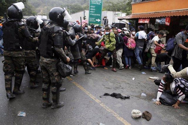 Enfrentamientos entre policías y migrantes de una caravana con destino a Estados Unidos en Guatemala