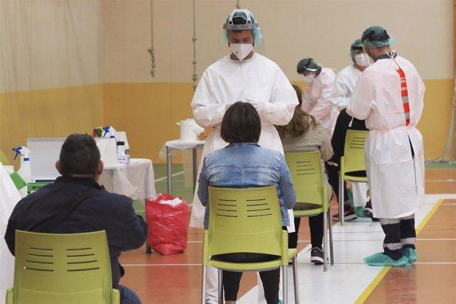 Una sanitaria toma muestras a una mujer a través de un frotis de nariz durante la realización de test de antígenos a los vecinos de la localidad de Pedrajas de San Esteban, Valladolid, Castilla y León, (España) a 4 de octubre de 2020.