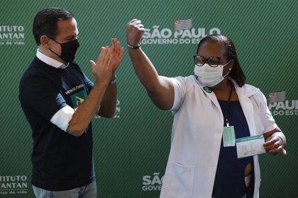 Una enfermera negra es la primera brasileña en recibir la vacuna