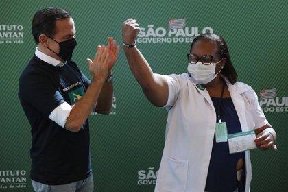 Brasil.- Una enfermera negra es la primera brasileña en recibir la vacuna