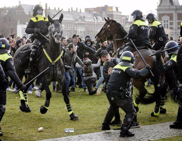 La Policía holandesa disuelve una manifestación no autorizada contra el Gobierno en la plaza de los Museos, en el sur de Amsterdam.
