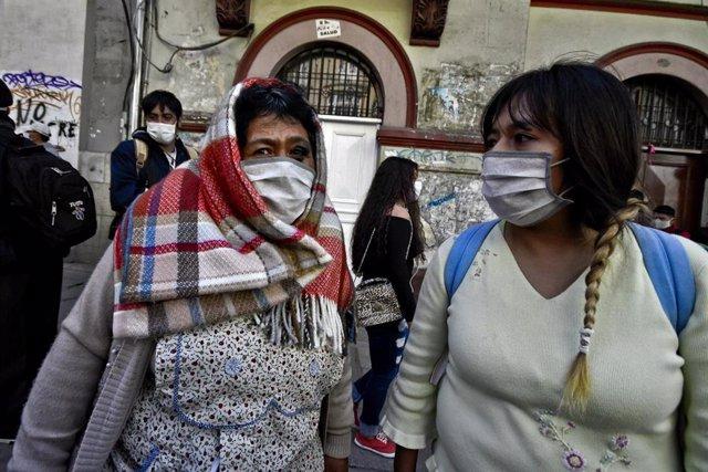 Dos mujeres con mascarilla en La Paz, Bolivia