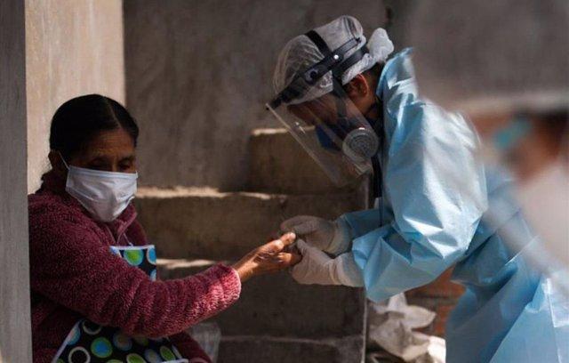 Personal sanitario realiza una prueba de coronavirus en el distrito de Santa Anita, en Lima, la capital de Perú.