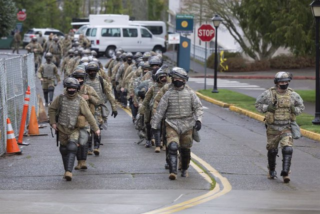 17 January 2021, US, Washington: National Guard members arrive at the Washington State Capitol Building ahead of the upcoming inauguration of President-elect Joe Biden on 20 January 2021 amid threats of violent events taking place. Photo: Paul Christian G