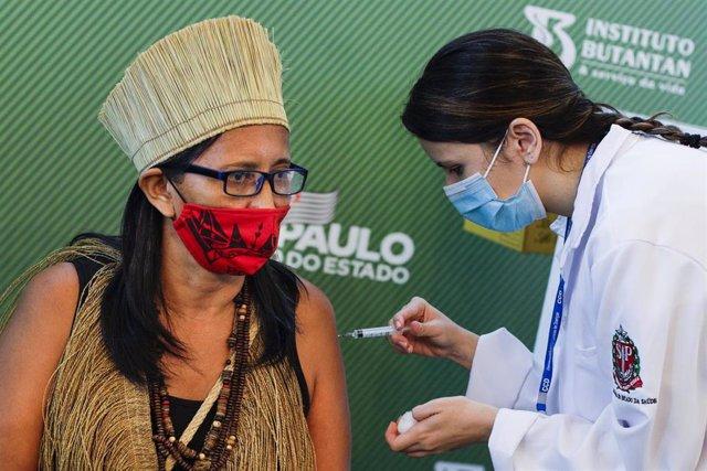 Una mujer recibe la primera dosis de la vacuna contra el coronavirus en Sao Paulo, Brasil.