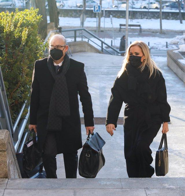 La expresidenta de la Comunidad de Madrid, Cristina Cifuentes, acompañada de su abogado, José Antonio Choclán, se dirige a la Audiencia Provincial