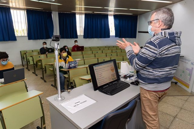 Un profesor de la UMA imparte clases con cámaras por la enseñanza online