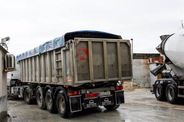 Un camión en una empresa de hormigón del Polígono Industrial Prado Overa