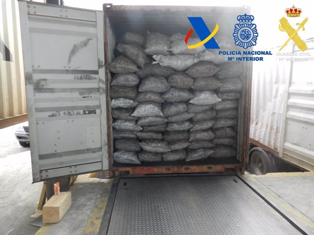 Contenedor cargado de fardos de cocaína