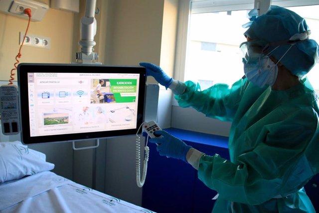 Televisión a pie de cama con acceso a vídeos de rehabilitación respiratoria.