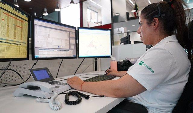 Operadora en la sala regional del 112 de Andalucía