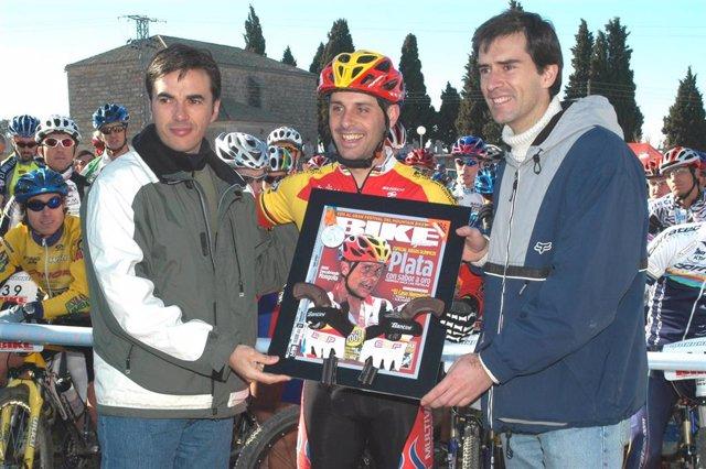 El corredor de bici de montaña José Antonio Hermida, plata en los Juegos de Atenas 2004, homenajeado en la Clásica de Valdemorillo (Madrid).