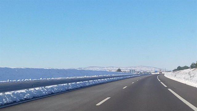 Carretera con nieve. Autovía nevada.