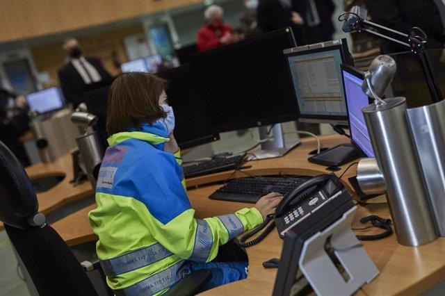 Una empleada en la Agencia de Seguridad y Emergencias de Madrid 112 (ASEM112) en Pozuelo de Alarcón, Madrid (España), a 24 de diciembre de 2020.