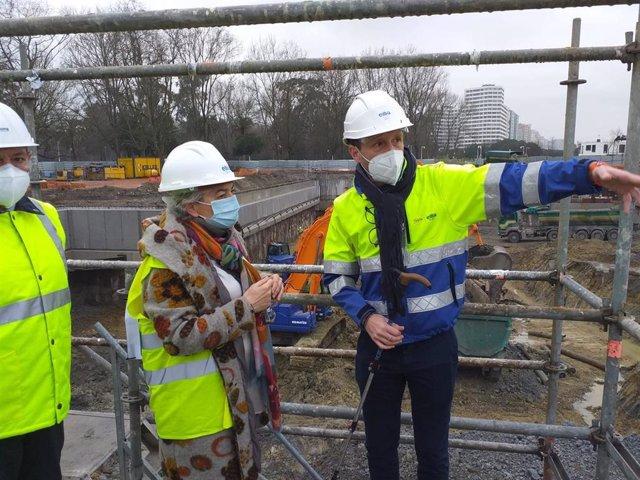 La alcaldesa de Gijón, Ana González, durante la visita a las obras del pozo de tormentas Hermanos Castro