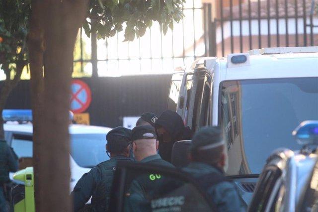 Llegada a los juzgados de Fuengirola de 'El melillero', detenido por supuestamente rociar con ácido a su exnovia y una amiga.
