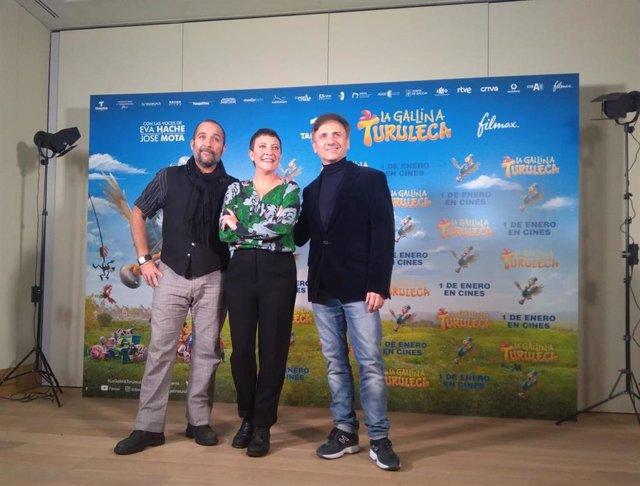 Víctor Monigote, Eva Hache y José Mota durante la presentación de 'La Gallina Turuleca'.
