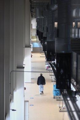Un trabajador sanitario camina por las instalaciones del Hospital Enfermera Isabel Zendal, en Madrid, (España), a 12 de enero de 2021. Hoy es el tercer día que se están administrando vacunas en este hospital después de que la gran nevada causada por la bo
