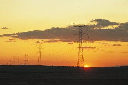 El precio de la luz da un respiro con el fin de la ola de frío y caerá este martes un 6,8%