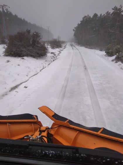 Un puerto de la red secundaria riojana cerrado y uno con cadenas por nieve en la calzada