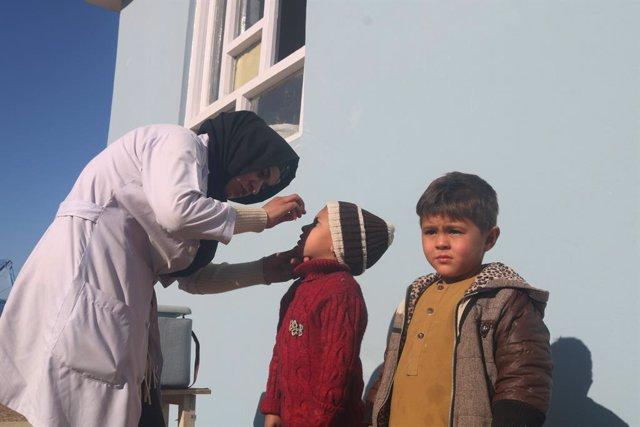Una sanitaria administra una vacuna a un niño durante la primera campaña contra la polio de 2021