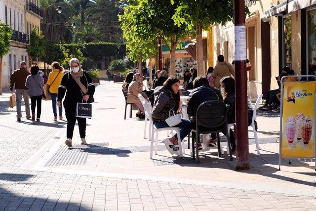 Una terraza en un día soleado en Melilla (España), a 17 de enero de 2021.