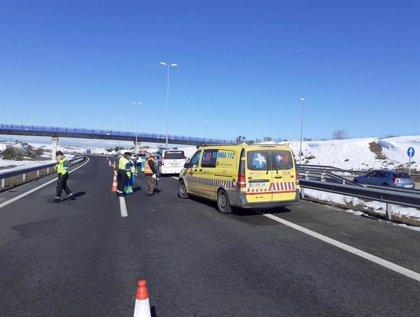 Un operario de grúa muere atropellado por un camión cuando cargaba una furgoneta en la M-50