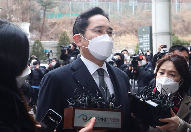 18 January 2021, South Korea, Seoul: Samsung Electronics Co. Vice Chairman Lee Jae-Yong (C)speaks to the media after arriving at the Seoul High Court to attend a sentencing hearing over his bribery scandal. The court sentenced Lee Jae-Yong to 30 months o