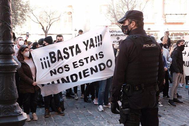 Agentes de Policía Nacional escoltan la manifestación convocada ante el Consolat de Mar.