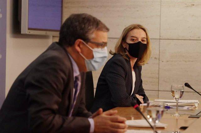 El consejero de Servicios Sociales, Pablo Rubio, y la directora general de Dependencia, María Somalo