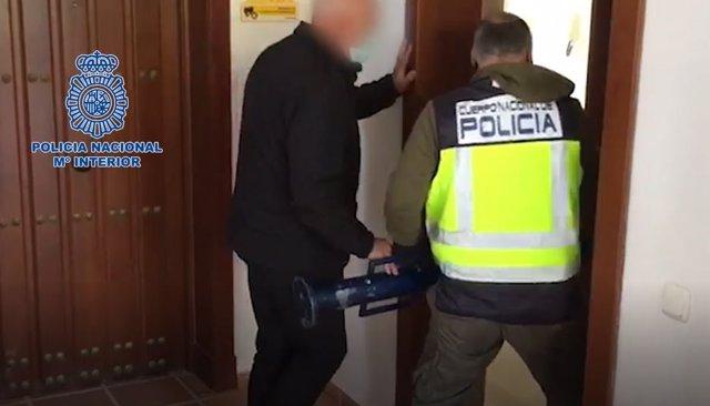 Momento en el que la Policía Nacional entra en casa del fugitivo detenido en Marbella