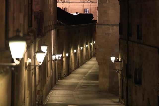 Una calle vacía de Salamanca la noche en la que la ciudad ha vivido su primer toque de queda dictado por la Junta de Castilla y León para toda la región, en Salamanca, Castilla y León (España) a 24 de octubre de 2020.